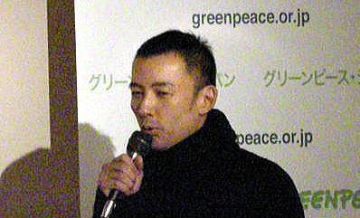 テロ集団のグリーンピース・ジャパン「クジラ肉裁判」初公判直前イベントで挨拶する俳優の山本太郎グリーンピース関係者