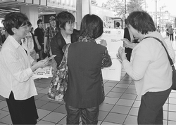 (写真)対話がはずんだシール投票=26日、大阪市