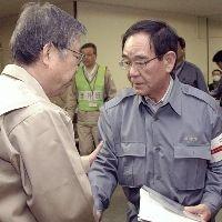 佐藤・福島県知事(左)に出迎えられる阿部・川崎市長 阿部孝夫市長  川崎市、福島から震災の粗大ごみ受け入れ