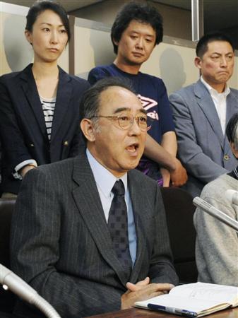上告が棄却され、支援者らとともに記者会見する申谷雄二さん=30日午後、東京・霞が関の司法記者クラブ