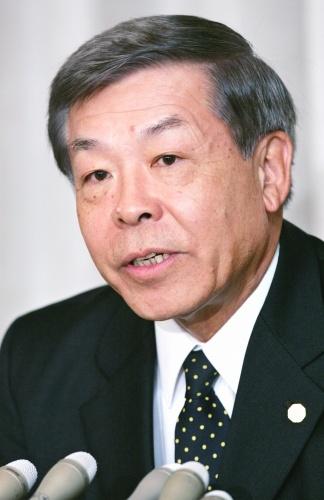 最高裁判事に就任し会見する竹内行夫元外務事務次官=最高裁で2008年10月21日