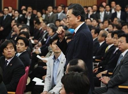 民主党代議士会で発言する鳩山由紀夫前首相。「国難のときだ。一致して行動してほしい」と述べ、野党が提出した内閣不信任決議案には結束して反対するよう呼び掛けた=2日