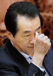 参院予算委で自民・山本一太氏の質問を聞く菅直人首相=国会内で2011年6月3日午後2時12分