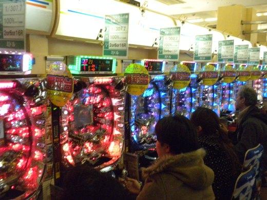海江田経産相が「予測不能の大規模停電」が発生する恐れがあると発表した後も営業を続けていたパチンコ屋とパチンカスども(3月17日午後5時50分頃、東京都内)