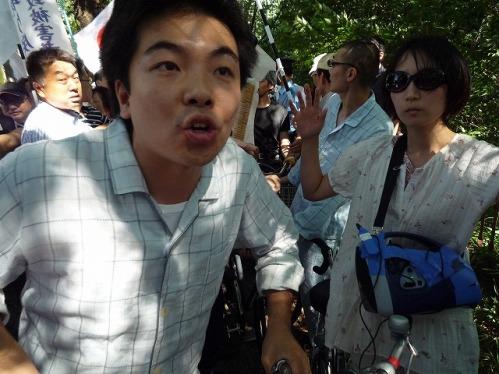 2009年、慰安婦捏造反対デモを妨害したパジャマ姿の男の画像