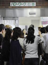 求職者で混み合う宮城県のハローワーク石巻=2011年6月6日