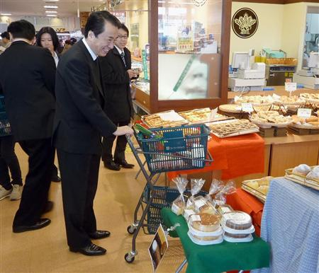 東京都三鷹市のスーパーで買い物をする菅首相=2011年1月9日午前11時ごろ