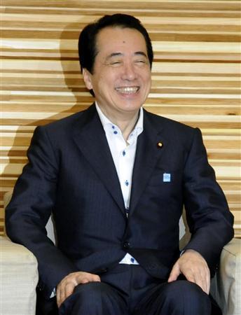 笑顔で閣議に臨む菅首相=6月3日午前、首相官邸