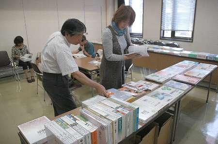 【写真】教科書の記述内容を見比べることができる展示会=港北図書館