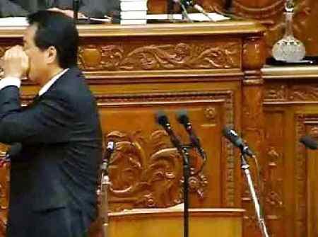 菅直人氏が国会において韓国式の水の飲み方を披露