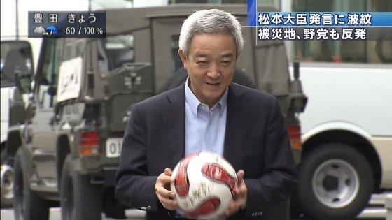 最初に訪れた岩手県庁の玄関前では、サッカーボールを持ち出し、「キックオフだ」と達増拓也知事に蹴り込んだ