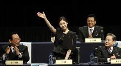 プレゼンテーションの冒頭で拍手に応える韓国の金妍児(中央)