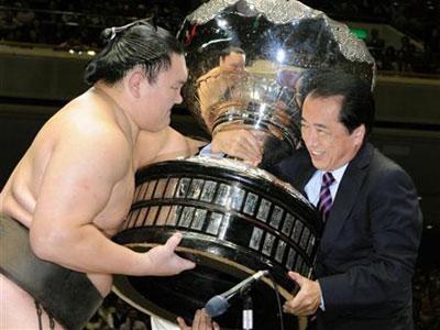 大相撲秋場所は2010年9月26日、白鵬の全勝優勝で連勝記録を62に伸ばし千秋楽を終えた。この表彰式で、菅直人首相に「売国奴!」 「辞めちまえ!」 などのすさまじい野次が飛ばされていたことが明らかになっ