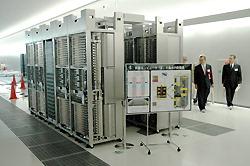 次世代スーパーコンピューター「京」を構成する8台のパソコン=神戸市中央区の計算科学研究機構で2010年10月