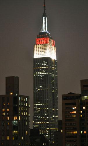 日本の優勝をたたえ、赤と白にライトアップされたエンパイアステートビル