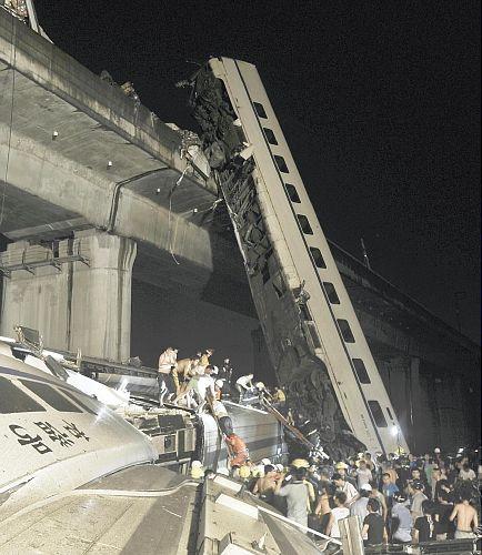 支那高速鉄道が脱線し川へ転落!23日、中国浙江省温州の事故現場で、転落した車両から乗客を救出する.