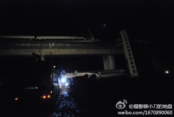 支那高速鉄道が追突、脱線し、川へ転落!