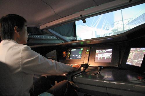 台湾高速鉄道の訓練用模擬運転席。自動列車制御装置(ATC)が作動する様子がわかる=台湾・桃園