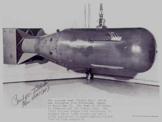 ウラニウム型原子爆弾「リトルボーイ」;原爆を投下したB-29「エノラ・ゲイ」機長ティベッツ大佐の署名入りの写真。