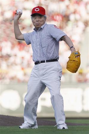 プロ野球広島-巨人戦で、始球式を務める「はだしのゲン」作者の中沢啓治さん=5日夕、広島市南区のマツダスタジアム