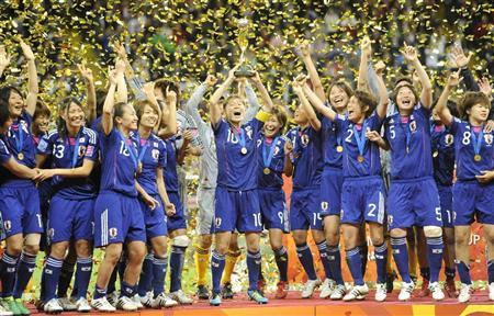 米国を破って初優勝を果たし、トロフィーを掲げて大喜びの沢ら日本イレブン=フランクフルト