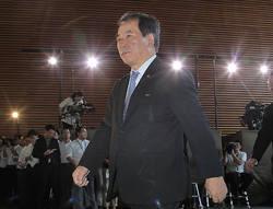 首相官邸に入る、防衛相に就任が決まった一川保夫氏=2011年9月2日午前11時22分、手塚耕一郎撮影