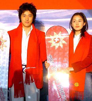 2005年4月21日付朝鮮日報、キム・テヒ、イ・ワン姉弟がスイスで「独島愛キャンペーン」を開く。 「独島は韓国領土」というメッセージが入ったTシャツと歌謡曲「独島は韓国領土」リメークアルバムなどを配る。 スイス