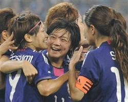 「なでしこ」瞬間最高33.4%(視聴率)、日本-韓国 前半、勝ち越しゴールを決め川澄(左)らに祝福される大野(中央)=済南オリンピックスポーツセンター