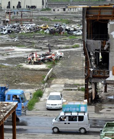 津波で壊滅的な被害を受けた市街地を走る選挙カー=岩手県大槌町