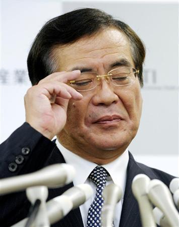 辞任の記者会見で、疲れた表情を見せる鉢呂経産相=10日午後9時29分、経産省