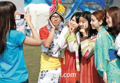「韓日祝祭ハンマダン(日韓交流おまつり)」で、韓服(韓国伝統衣装)や着物を着て記念撮影する両国の女性たち。7回目となる今年は、東日本巨大地震で被災した日本人を激励するため「ありがとう韓国! がんばれ日