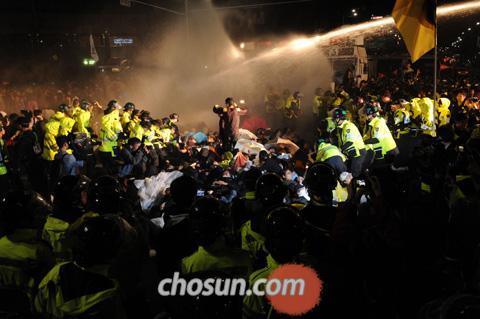 2011年9月29日、学費半額化を求める学生、ソウル都心の道路を占拠