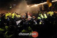 30日午前0時ごろ、大学の学費の半額化を求める、韓国大学生連合所属の学生など約700人が、ソウル・明洞一帯の道路を占拠した。警察は放水砲を発射し、デモ隊を強制的に解散させようとした。/写真=全基炳(チョン・