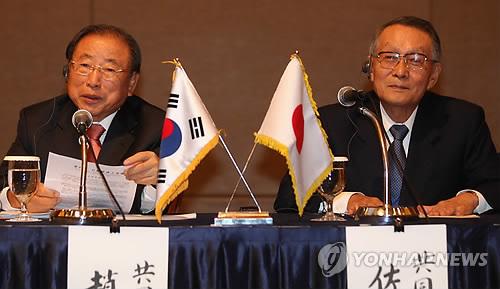 記者会見を行う趙錫来会長(左)と佐々木幹夫会長=29日、ソウル(聯合ニュース)