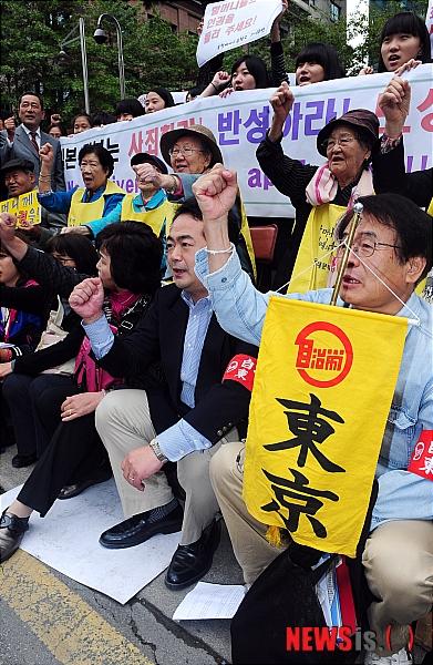 2011.10.12ソウルで慰安婦反日デモに参加した服部良一衆院議員(社民党)\NISI20111012_0005283268_web10月12日の午後、ソウルの駐韓日本大使館の前で行われた『第991回・日本軍慰安婦問題解決を促す定期水曜集