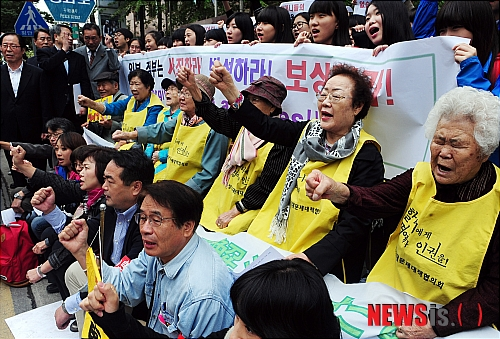 10月12日の午後、ソウルの駐韓日本大使館の前で行われた『第991回・日本軍慰安婦問題解決を促す定期水曜集会』で、参加した日本人たち。奥に写っている灰色の背広を着ているのが服部良一