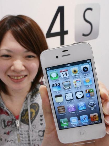 ソフトバンクが発売した「iPhone4S」を手にする女性(14日午前、東京都渋谷区)  「圏外」となっている!