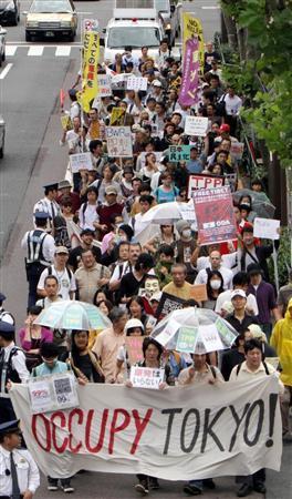 米国で起こった反格差デモが東京にも波及した=15日、午後、東京都港区(小野淳一)