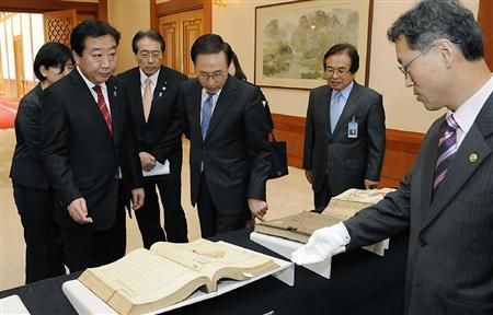韓国に引き渡された王朝図書を見る野田首相(手前左)と李明博大統領(右から3人目)ら=19日午前、ソウルの青瓦台(共同)