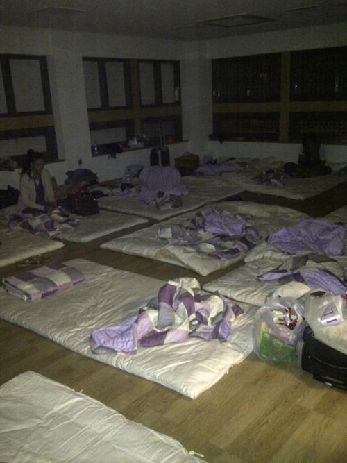 ミスコン参加者が雑魚寝させられた部屋.