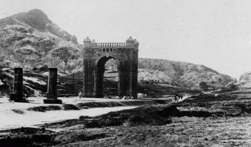 日清戦争後に清から独立したために建てられた「独立門」。その前に「迎恩門」の石柱が残っている。
