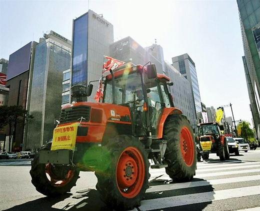 東京・銀座をデモ行進するTPP交渉参加反対派のトラクター=2011年10月26日午後