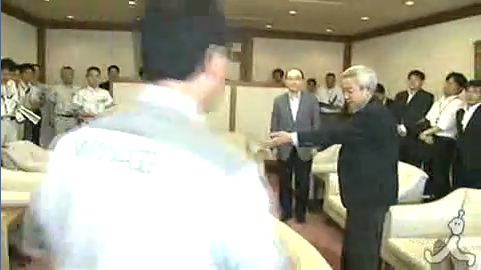 数分後、笑顔で現れた村井知事が握手を求めようとしますが、これを拒否