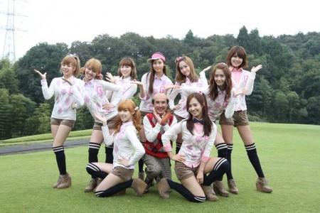 前列左からティファニー、片岡鶴太郎、ユリ、後列左からサニー、ヒョヨン、テヨン、ソヒョン、ジェシカ、ユナ、スヨン