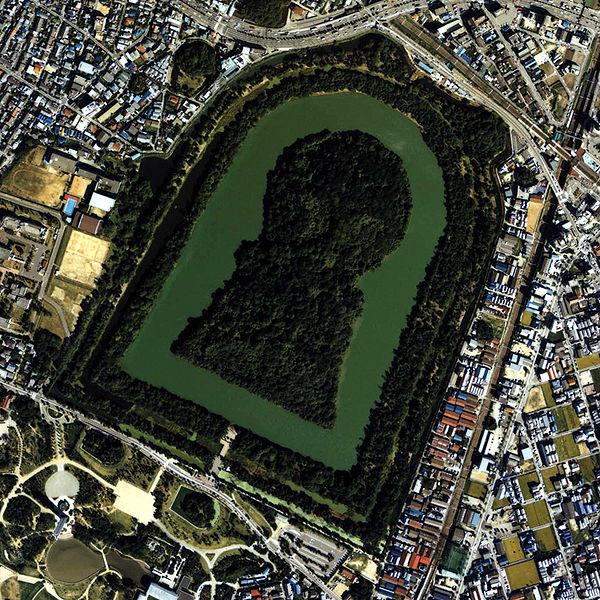「仁徳天皇陵」(全長486m)