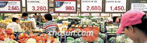 2011年6月6日、ソウルのある大型スーパーを尋ねた顧客が野菜コーナーで品物を選んでいる。最近農畜産物や加工食品、外食メニューに至るまで、物価が大幅に上昇している。