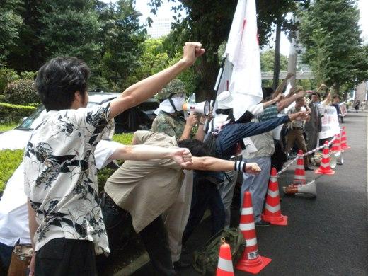 2010.7.14☆緊急抗議行動 参院選落選の千葉景子に法相辞任を命ず!シュプレヒコール!