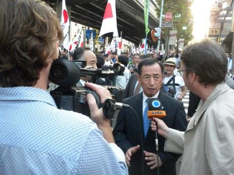 終着場所の三河台公園付近で、外国メディア(Press TV)の取材を受ける田母神「頑張れ日本!全国行動委員会