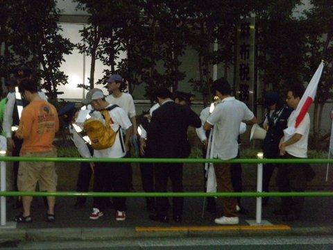 【10.16 中国大使館包囲!尖閣侵略糾弾!国民大行動】支那大使館前で手荷物検査と身体検査をするマジキチ警視庁麻布警察署の警察官たち