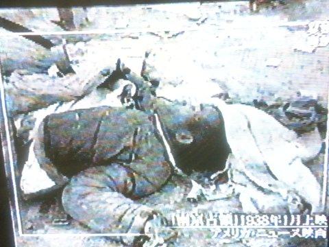 """2月27日NHKスペシャル 【日本人はなぜ戦争へと向かったのか 第3回 """"熱狂""""はこうして作られた】死体「南京占領」1938年1月上映 アメリカ・ニュース映画"""